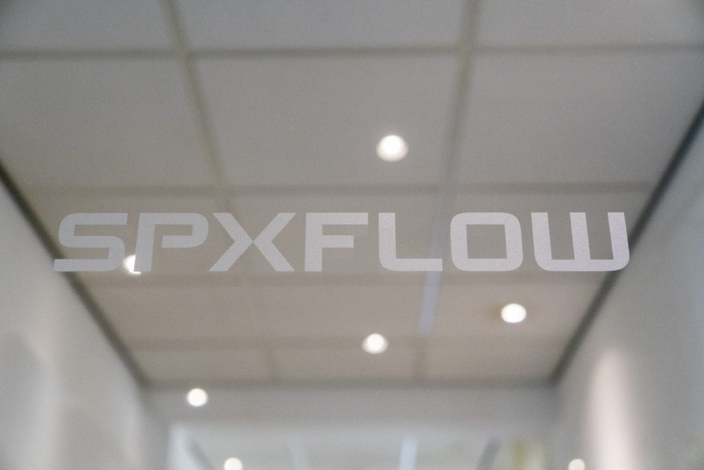 SPXflow Assen, Glazendeur & logo (SmiLED Lighting BV, 2018)